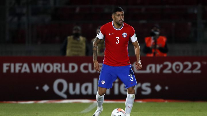 Los cinco jugadores de Chile que están al borde de la suspensión