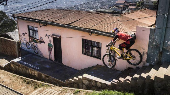 La Red Bull Valparaíso Cerro Abajo confirma a 19 de los 35 corredores para la fiesta del descenso urbano