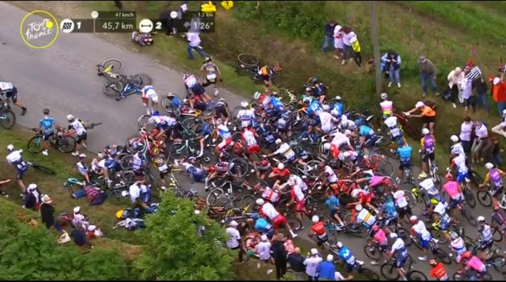 Un espectador provoca una mega caída en el Tour de France que bien pudo ser una catástrofe