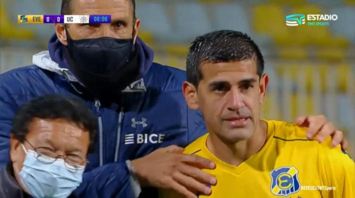 El bonito gesto de Gustavo Poyet en el duelo de la UC contra Everton: consuela a Julio Barroso tras la lesión del Almirante en los 3 minutos del partido