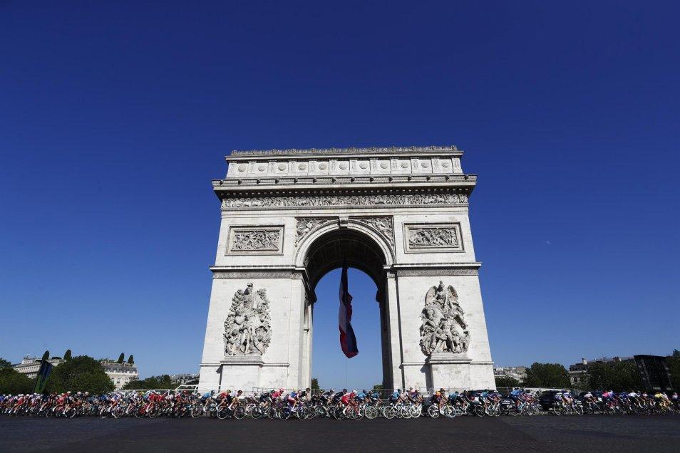 El triunfal paseo de Tadej Pogacar por los Campos Elíseos y el Louvre en el final del Tour de Francia
