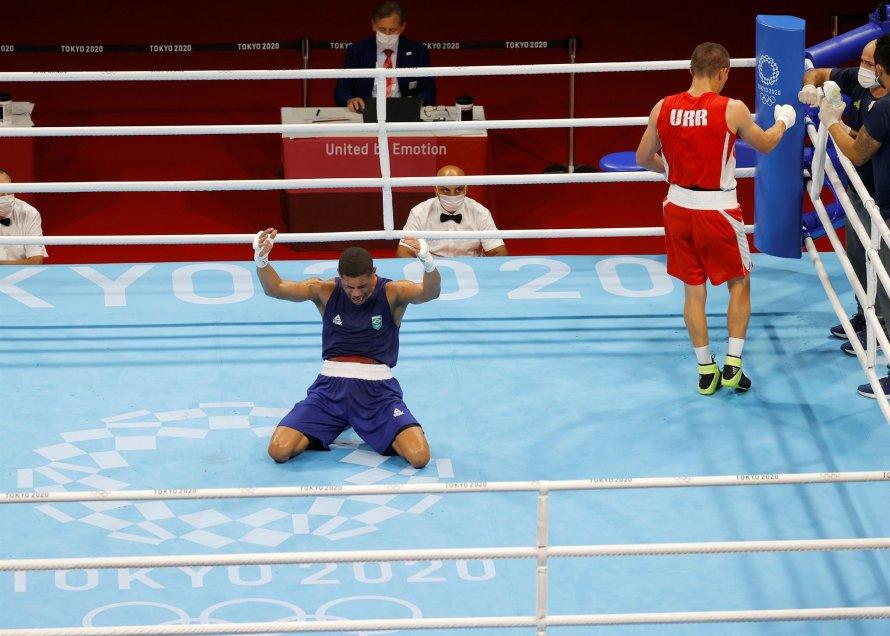 Brasileño Hebert Sousa ganó por nocaut el título olímpico de peso medio en el boxeo de Tokio 2020.