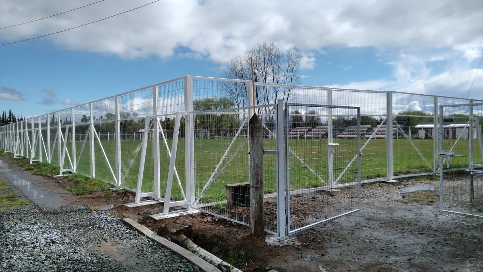 Apoyando al deporte: en Teno el municipio y Subdere realizan cierres perimetrales en recintos deportivos.