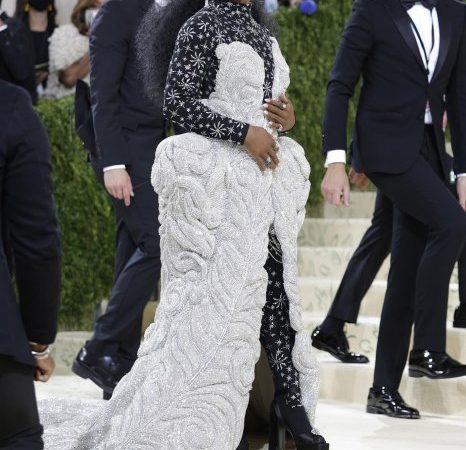 Simone Biles participó en la Met Gala con vestido de 40 kilos adornado con cristales Swarovski