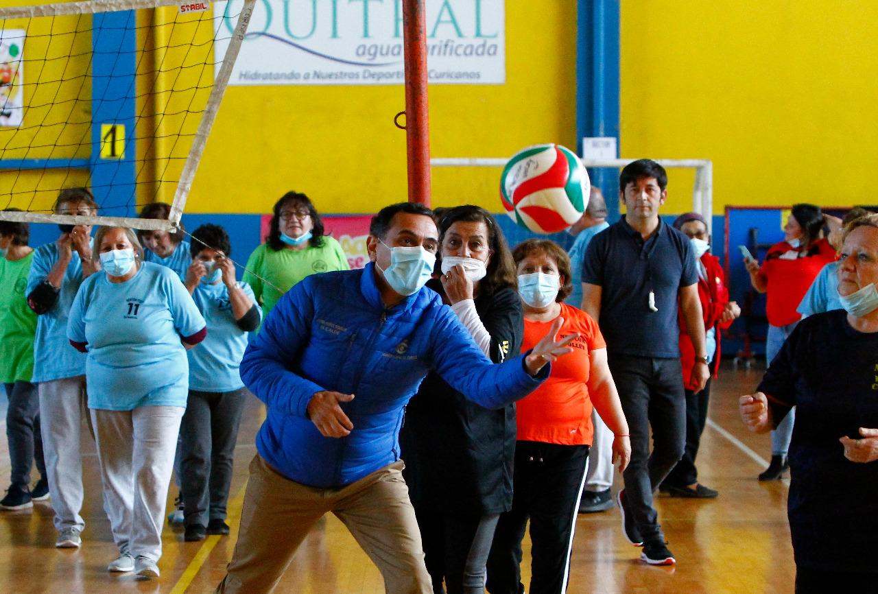 Adultos mayores de Curicó y Romeral protagonizaron encuentro deportivo de Newcom Volley